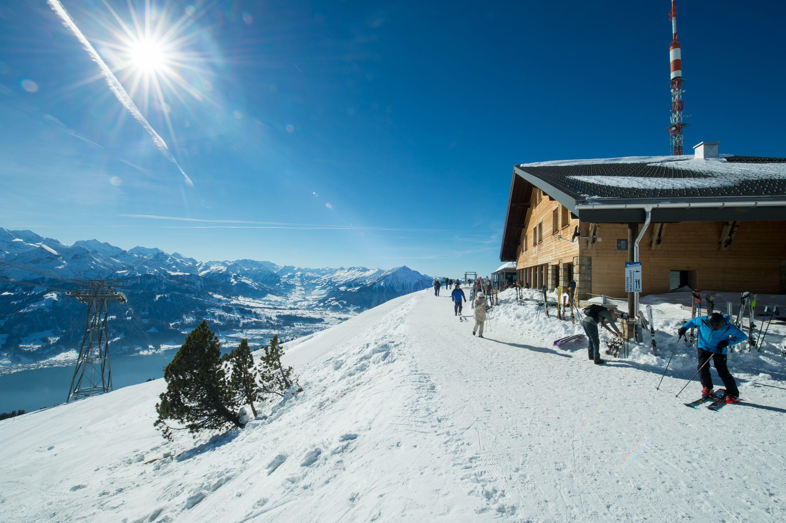 Berghaus und Skifahrer