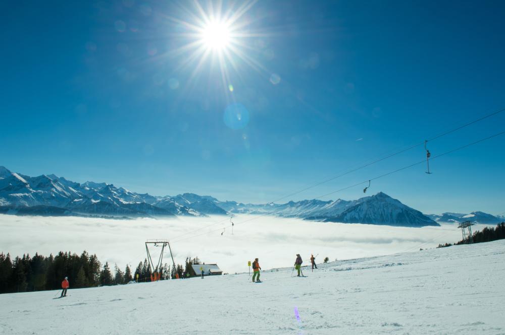Ski fahren über dem Nebelmeer