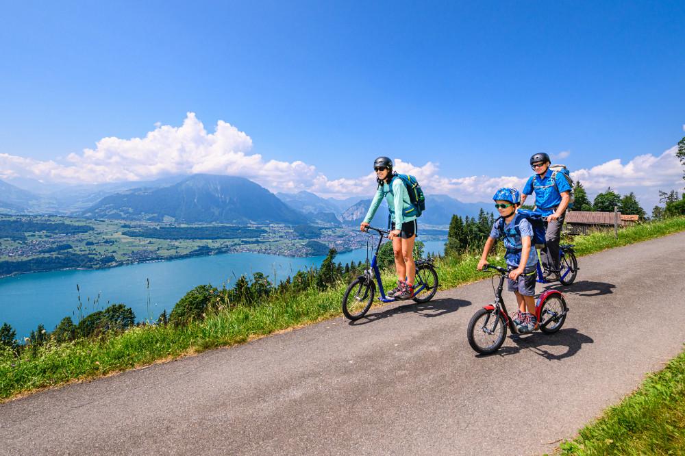 Trotti-Biken am Niederhorn mit Aussicht auf den Thunersee